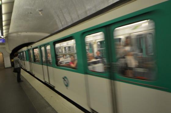 パリでメトロ(地下鉄)を利用するときの注意点7つ! 〜 サン・ラザール駅から乗り換えてルーブル美術館駅まで行ってみた!![2012年夏 ヨーロッパ旅行記 その24]