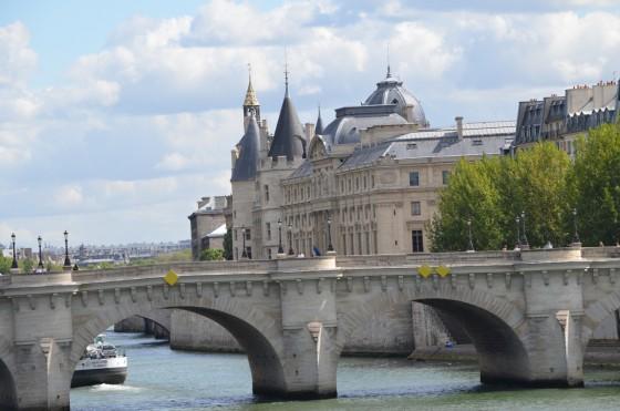パリの観光地 ポンヌフの橋の上でジプシーに囲まれバッグを強奪されそうになった! [2012年夏 ヨーロッパ旅行記 その26]