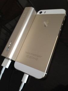 cheero Stick シャンパン — iPhone 5s シャンパンゴールドに寄り添う金色バッテリーが素敵だ!!