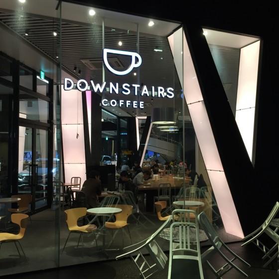 ダウンステアーズコーヒー (Downstairs Coffee) 六本木・乃木坂 — Mercedes Benz Connection の居心地の良いカフェで快適ノマドワーク!