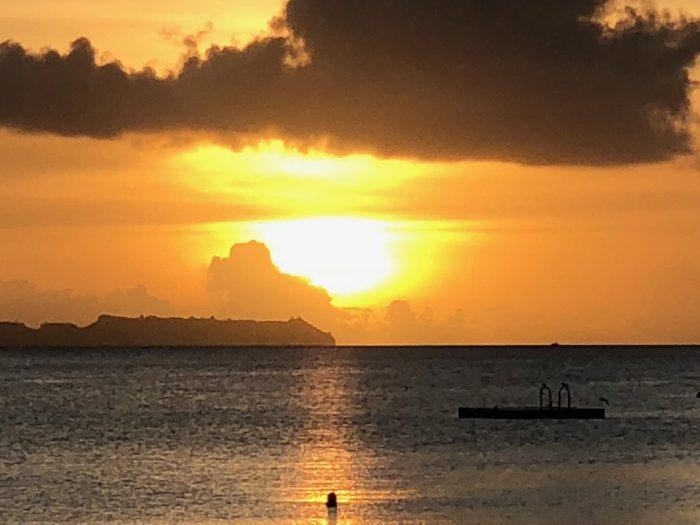 ついに来た!パラオ・パシフィック・リゾートで見る黄金の夕暮れ!低い位置の雲が取れずちょっと残念!! [2017年パラオ旅行記 その24]