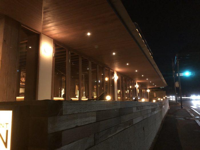 レストラン メイン(MAIN)〜 鎌倉・稲村ガ崎のオーシャンビュー テラス レストランは木目調で落ち着いた雰囲気が良い!! [鎌倉グルメ]